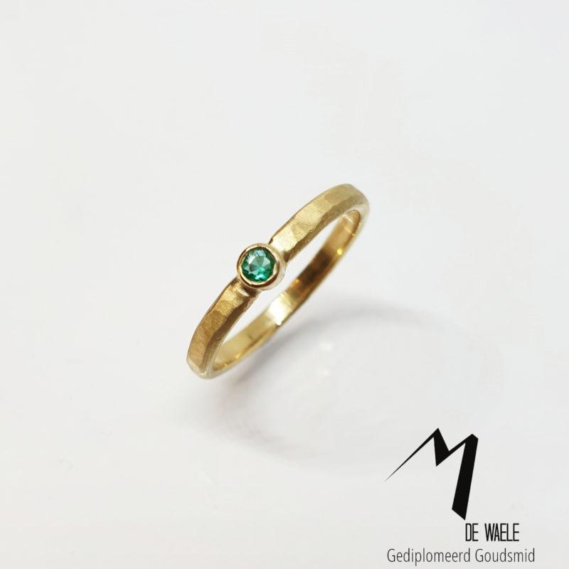 Handgemaakte ring met smaragd