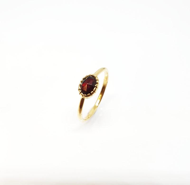 handgemaakte ring met granaat